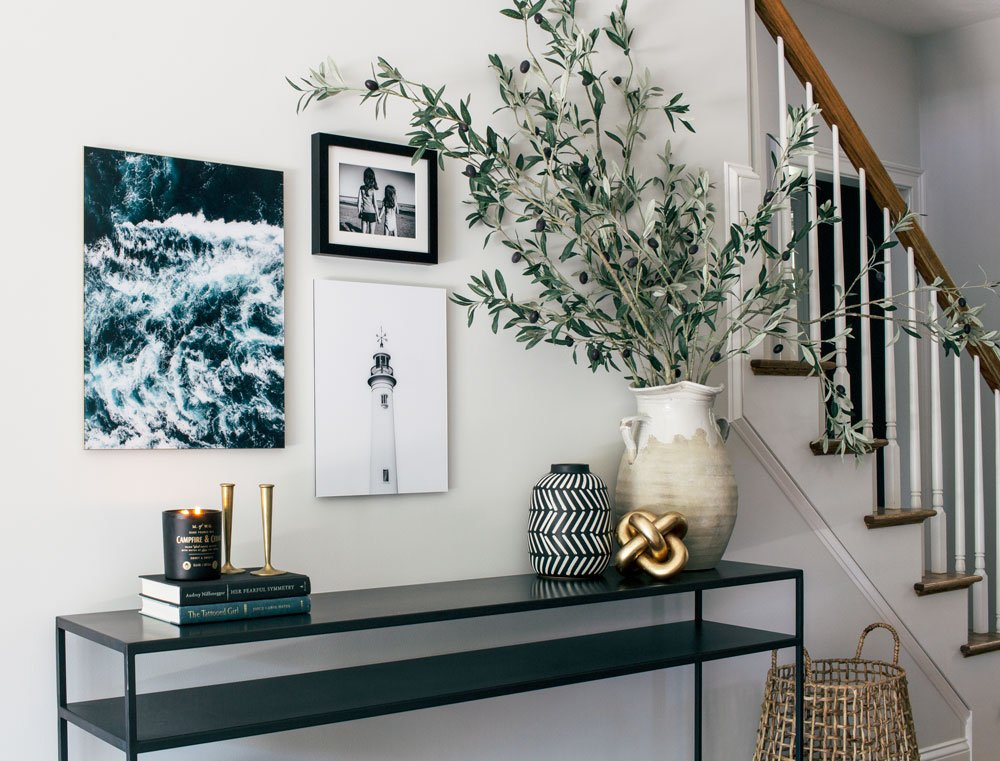 A messy entryway makeover. How to decorate a small entryway.